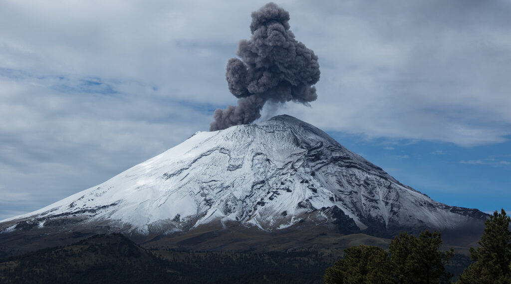 Smoke cloud coming out from the Popocatépetl volcano